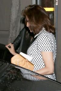 """Eva Mendes incinta. A spasso per Los Angeles col pancino """"nascosto"""""""
