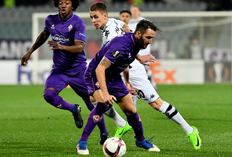 Fiorentina's defender Gonzalo Rodriguez (Front) works around Moenchengladbach's midfielder Thorgan Hazard (C) during the UEFA Europa League round of 32 second-leg football match between Fiorentina and Borussia Moenchengladbach in Florence on February 23, 2017.  / AFP PHOTO / Vincenzo PINTO
